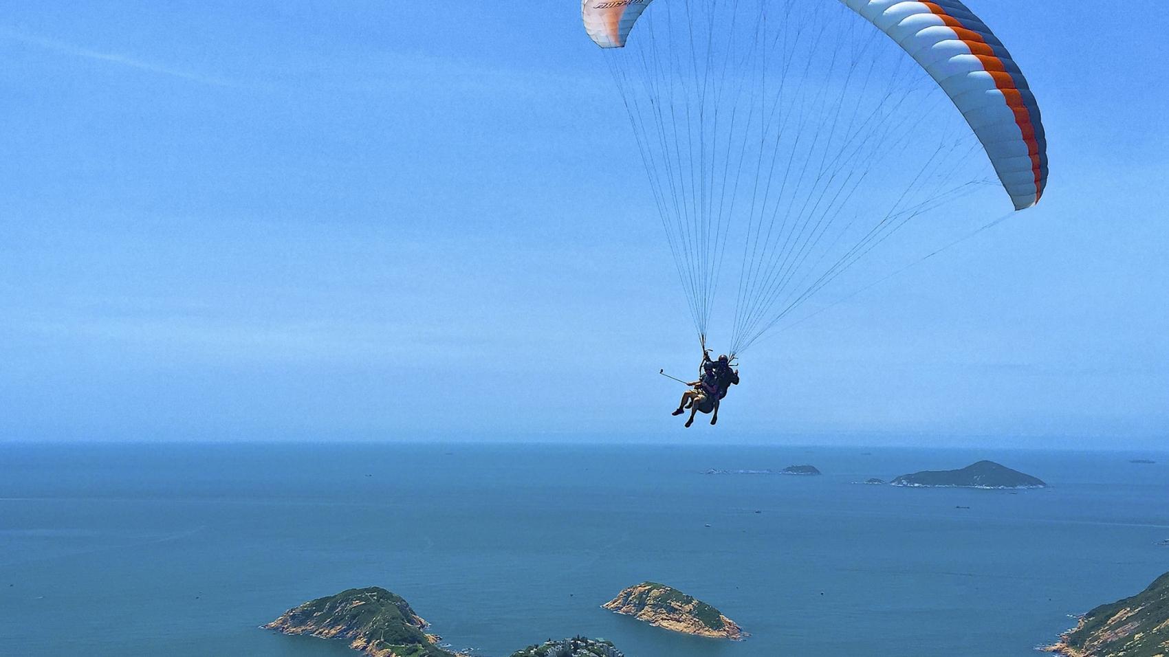 voando de parapente